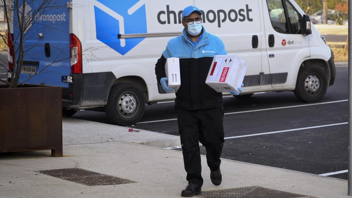 Livreur masqué pendant la pandémie