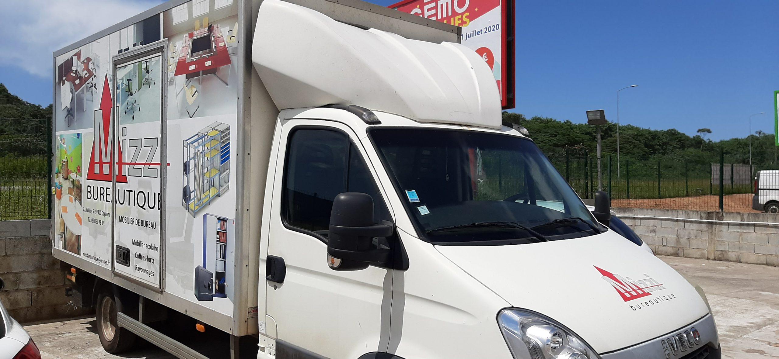 Camion de livraison Iveco Mizzi Bureautique vue droite