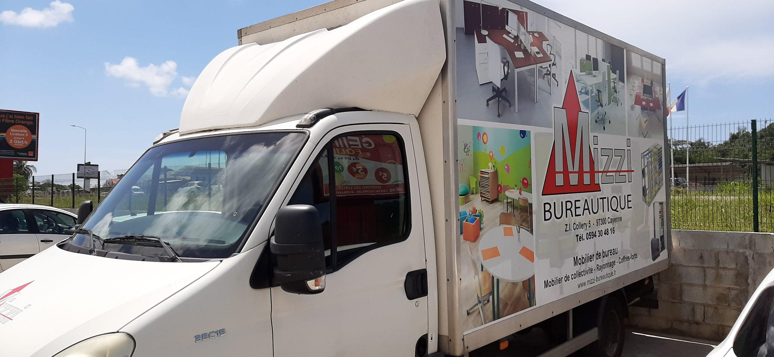 Camion de livraison Iveco Mizzi Bureautique vue gauche